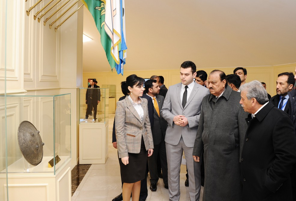 Pakistani President visits National Flag Square in Baku