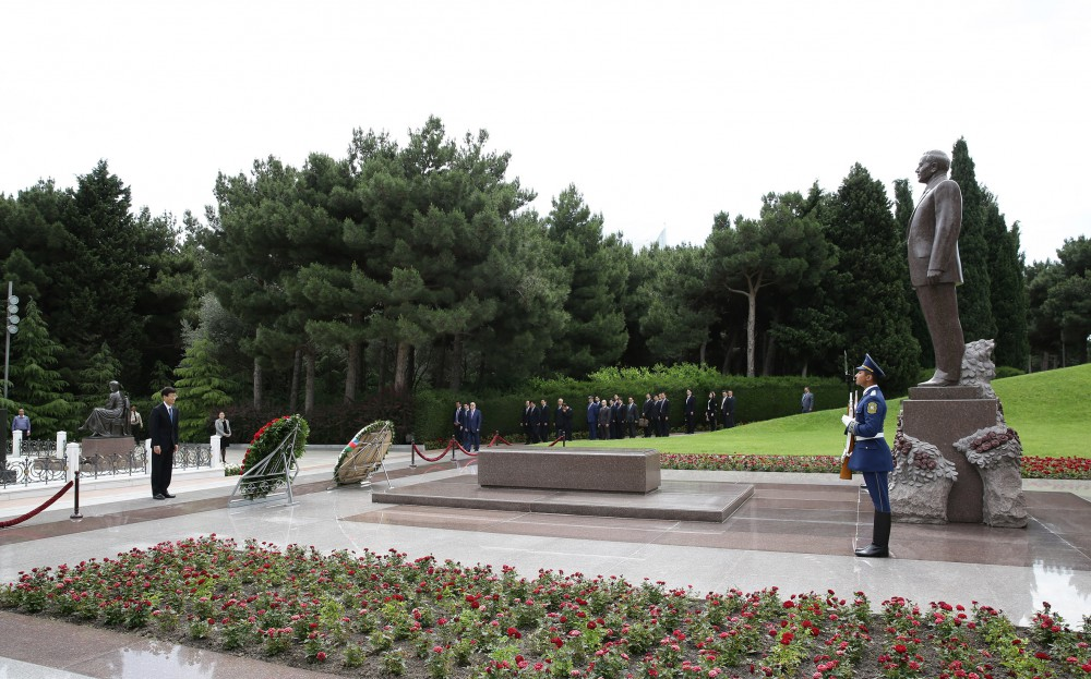 Chinese President`s special envoy pays respect to national leader Heydar Aliyev and Azerbaijani martyrs