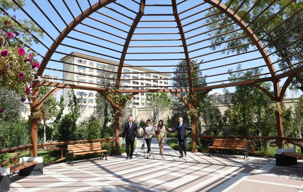 President Ilham Aliyev viewed conditions created at Rose Garden Park in Baku VIDEO