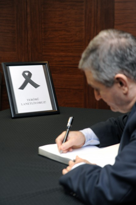 Condolence book opens at Turkish Embassy in Baku