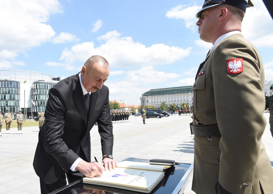 President Ilham Aliyev visited the Tomb of the Unknown Soldier in Warsaw