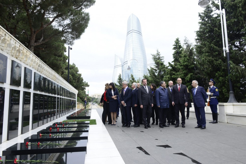 Bulgarian President visits Alley of Martyrs in Baku