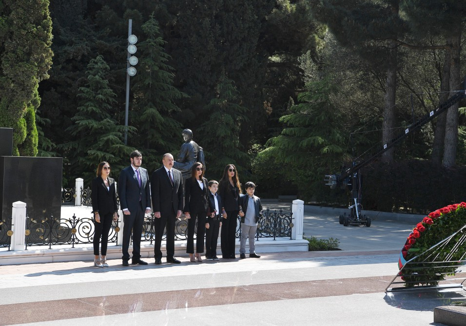 President Ilham Aliyev visited grave of national leader Heydar Aliyev VIDEO