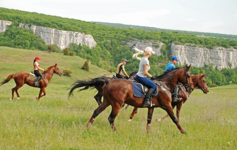 Active tourism in Azerbaijan - water entertainment, horseback riding and hunting