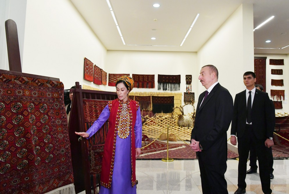 Aserbaidschans Präsident Ilham Aliyev besucht nationales Teppichmuseum in Turkmenistan VIDEO
